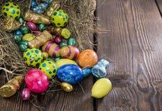 Ninho de Easter com doces do chocolate imagem de stock