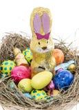 Ninho de Easter com os doces no branco Fotos de Stock