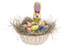 Ninho de Easter com os doces no branco Fotografia de Stock Royalty Free