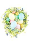 Ninho de vime com ovos da páscoa Fotografia de Stock Royalty Free