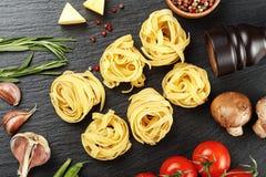 Ninho dos espaguetes na ardósia Fotos de Stock
