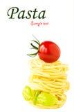 Ninhos da massa com tomate e manjericão de cereja Foto de Stock Royalty Free