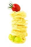 Ninhos da massa com tomate e manjericão de cereja Fotografia de Stock