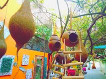 Ninhos e lâmpadas em decorações da árvore imagens de stock