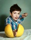少年英俊的男孩戏剧ninja比赛 免版税库存图片