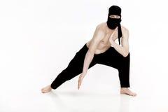 Ninja auf weißem Hintergrund Männlicher Kämpfer in der schwarzen Kleidung lizenzfreies stockbild