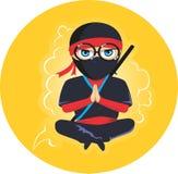 Ninja barn sitter kors-lagt benen på ryggen royaltyfria foton