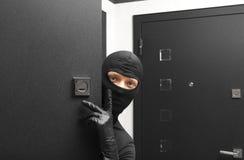 ninja Ladro che si nasconde dietro una porta Immagine Stock Libera da Diritti