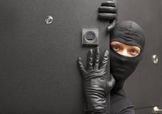ninja Ladro che si nasconde dietro una porta Immagine Stock