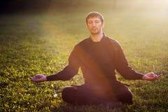Ninja in meditatie stock foto's