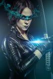 Ninja, menina com espada do katana. vestido no látex preto, chiqueiro cômico Foto de Stock Royalty Free