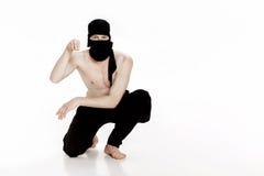 Ninja na białym tle Męski wojownik w czerni ubraniach Zdjęcie Royalty Free