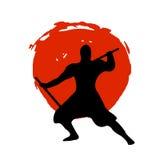 Ninja Warrior Silhouette sur la lune rouge et le fond blanc Photos stock