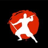 Ninja Warrior Silhouette sur la lune rouge et le fond noir Photographie stock libre de droits