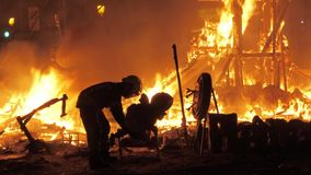Ninots brûlants de sapeur-pompier dans le feu de la crème de La sur la célébration de Fallas, Espagne banque de vidéos
