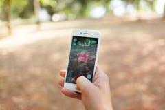 Nintendo Pokemon rzeczywistości IŚĆ zwiększający smartphone obraz stock