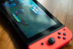 Nintendo strömbrytare med den Fortnite leken arkivbild
