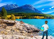 Nio-år-gammal pojke med ett jordklot i hans händer Royaltyfria Foton