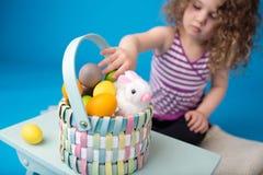 Niño, actividad de Pascua con el conejito y huevos Foto de archivo
