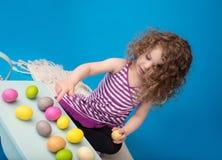 Niño, actividad de Pascua con el conejito y huevos Fotos de archivo libres de regalías