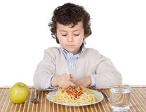 Niño adorable hambriento a la hora de la consumición Imagenes de archivo