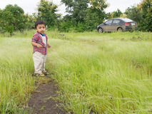 Niño asiático en campo Foto de archivo libre de regalías