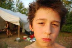 Niño asustadizo con una cara extraña Fotos de archivo