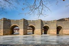 Nio-båge bro på den stora Kina väggen i vinter Arkivfoton