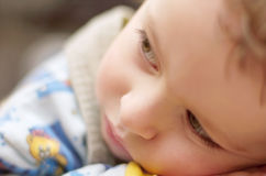 Niño cansado depresivo triste Fotos de archivo