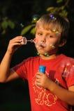 Niño con el chicle de globo Imagen de archivo