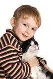Niño con el gato mullido Fotos de archivo libres de regalías