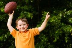 Niño con la celebración del balompié Foto de archivo
