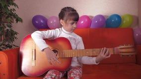 Niño con la guitarra almacen de metraje de vídeo
