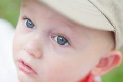 Niño con los ojos grandes que miran hacia arriba Fotos de archivo