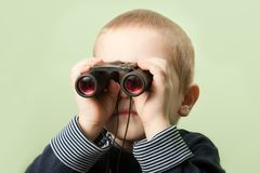 Niño con los prismáticos Fotografía de archivo libre de regalías