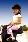 Niño con sonrisa al montar a caballo Imagen de archivo