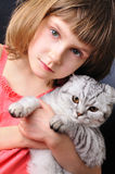 Niño con su gato del animal doméstico Fotos de archivo libres de regalías