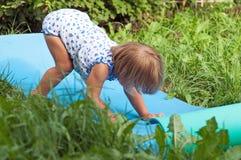 Niño de Ðappy en hierba verde Foto de archivo