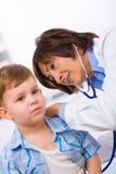 Niño de examen del doctor Foto de archivo