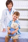 Niño de examen del doctor Fotografía de archivo