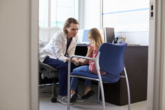 Niño de Talking To Unhappy del pediatra en hospital Foto de archivo libre de regalías