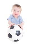 Niño del bebé con el balón de fútbol aislado en blanco Foto de archivo libre de regalías
