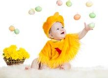 Niño del bebé vestido en traje del pollo de Pascua Imagenes de archivo