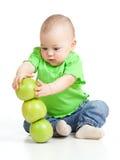 Niño divertido con las manzanas verdes Imagen de archivo