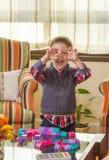 Niño divertido que hace que el monstruo hace frente y que juega en hogar Imagen de archivo libre de regalías