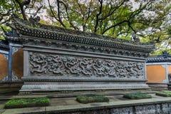 Nio-drake vägg på den Fayu templet i den Mount Putuo ön fotografering för bildbyråer
