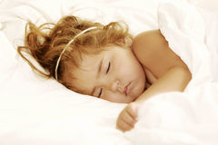 Niño durmiente angelical Fotos de archivo