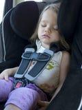 Niño durmiente en un asiento de coche Imagen de archivo libre de regalías