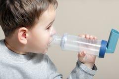 Niño e inhalador Imagenes de archivo
