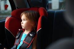 Niño en asiento auto del bebé en coche Imagen de archivo libre de regalías